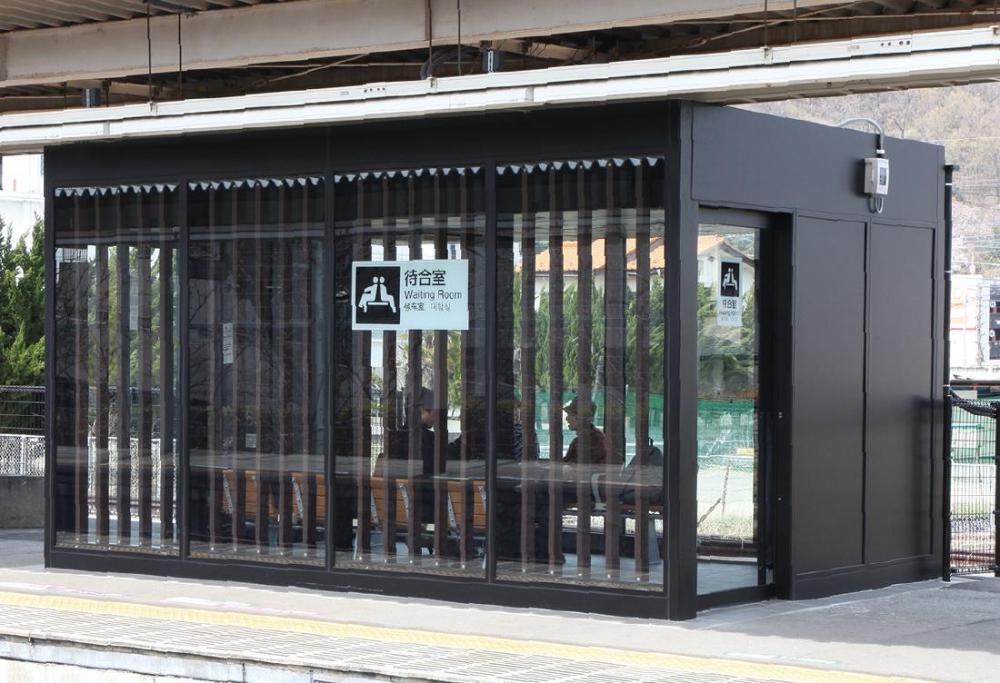 石和温泉駅 待合室  2番線